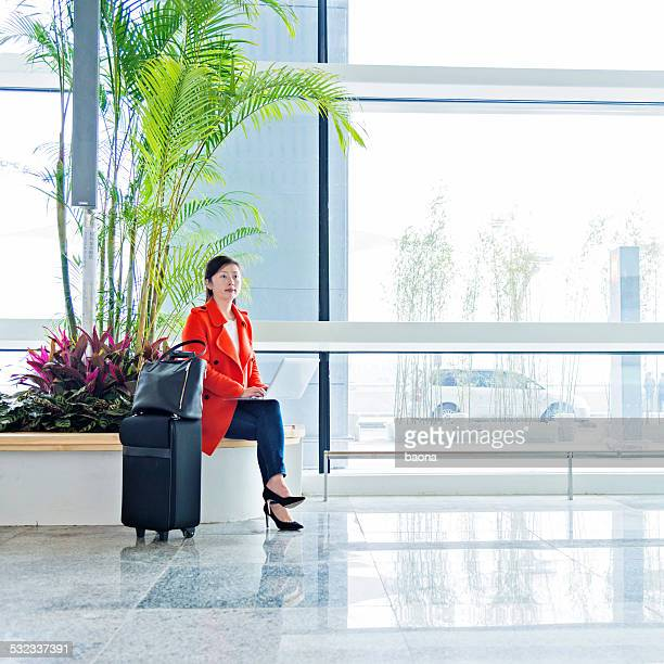 Utilisant un ordinateur portable à l'aéroport