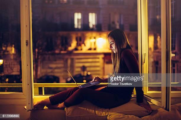 Se servant d'un ordinateur portable dans la fenêtre