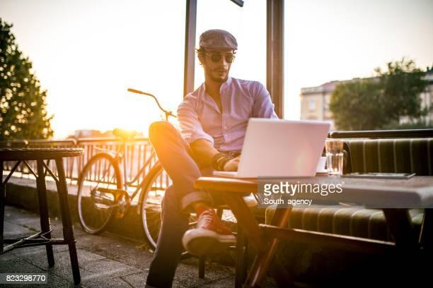 Utilisant un ordinateur portable dans un café