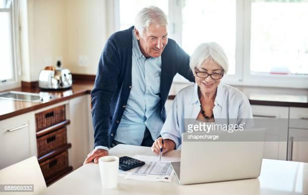À l'aide des outils en ligne pour aider à gérer leurs finances