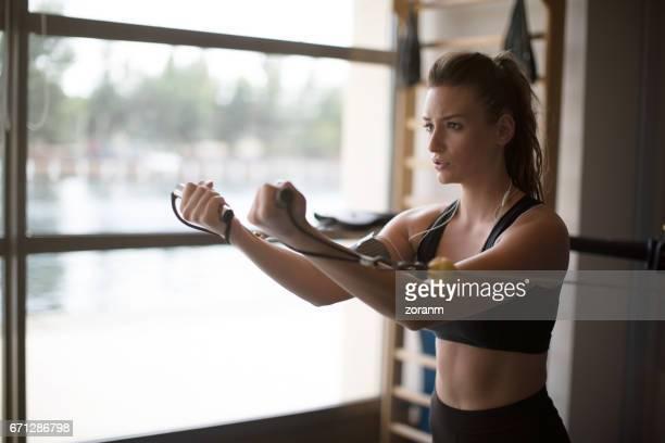À l'aide de bandes de résistance dans la salle de gym