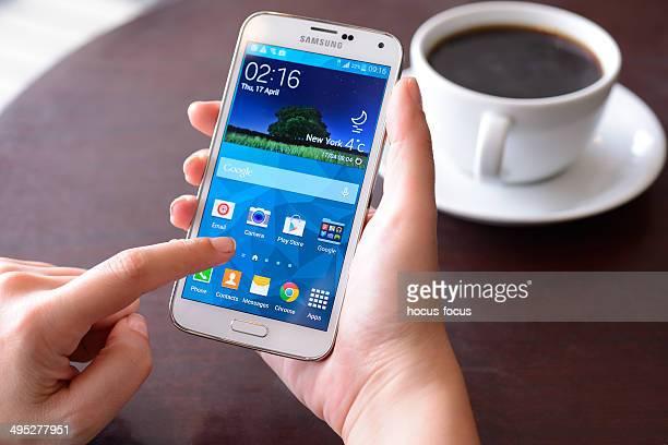Samsung Galaxy à l'aide de téléphone intelligent à écran tactile