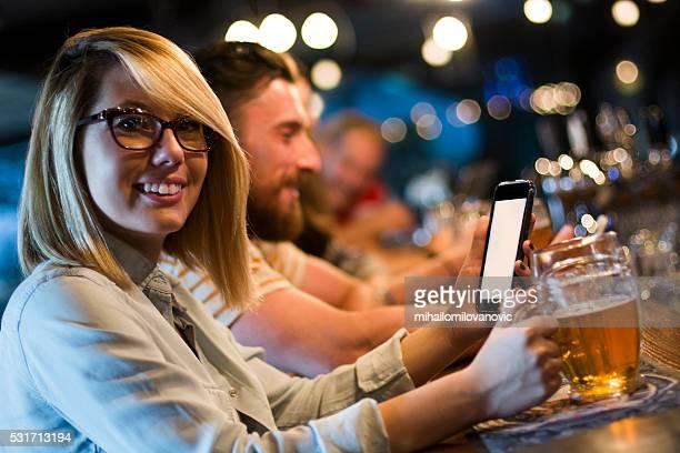 À l'aide de smartphone dans un pub
