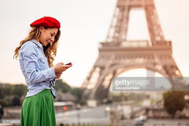À l'aide de smartphone en face de la tour Eiffel