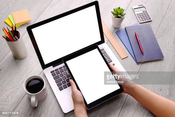 using tablet pc and laptop on desk - table top - fotografias e filmes do acervo