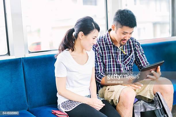 テクノロジーを使用し、列車 - 内部 ストックフォトと画像