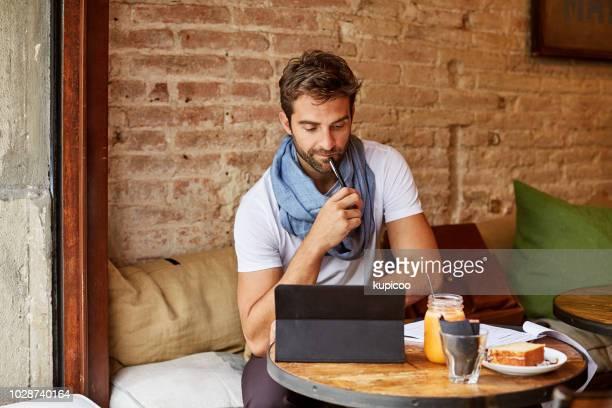 いくつかの研究を行うにカフェの wifi を使用してください。