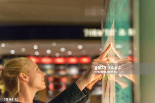 タッチ スクリーンを使用した情報の検索 - セルフサービス ストックフォトと画像