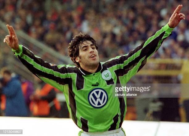USNationalspieler Claudio Reyna vom VfL Wolfsburg bejubelt mit ausgebreiteten Armen sein Tor gegen den Hamburger SV am 631999 im heimischen...