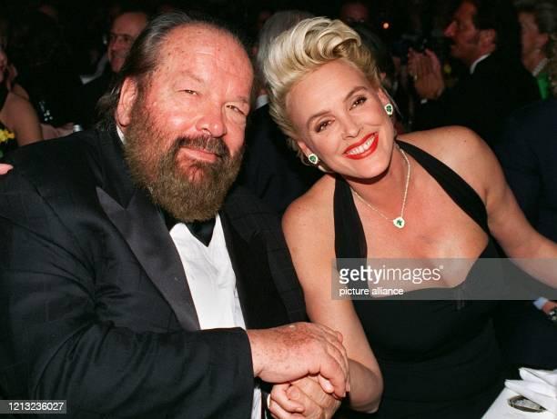 Schauspieler Bud Spencer hält die Hand der dänischen Schauspielerin Brigitte Nielsen am 21.2.1998 auf dem Frankfurter Opernball. Zu dem rund 1,4...