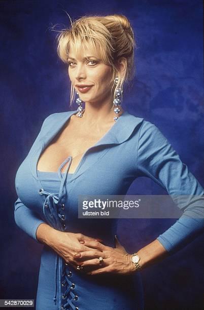 USSchauspielerin und Busenwunder Pandora Peaks in einem eng anliegenden korsettähnlich geschnürten Kleid mit tiefem Ausschnitt Aufgenommen um 1997