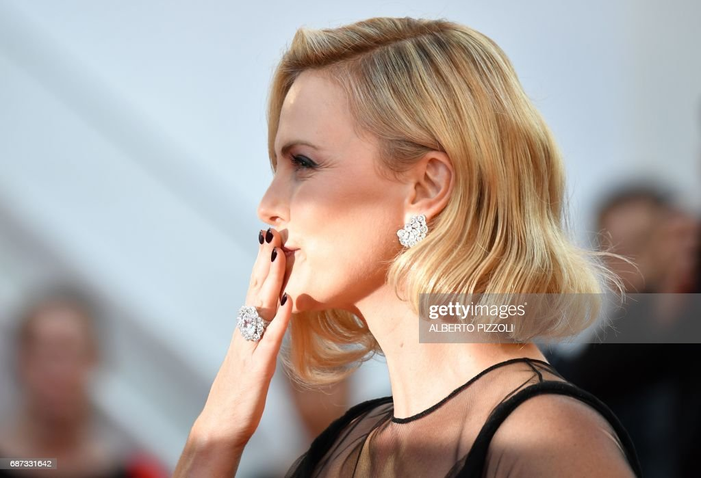 US-South African actress Charlize Theron arrives on May 23, 2017 for the '70th Anniversary' ceremony of the Cannes Film Festival in Cannes, southern France. / AFP PHOTO / Alberto PIZZOLI