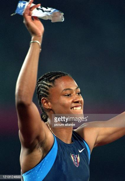 Sprinterin Marion Jones jubelt am 28.9.2000 im Olympiastadion von Sydney nach dem Finale über 200 m der Frauen über ihre zweite Goldmedaille. Die...
