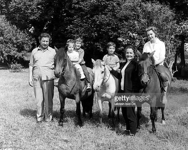 Ustinov, Peter *-+Schauspieler, Schriftsteller, Regisseur, Maler, GB- v.l.n.r.: P.U., Tochter Andrea, Tochter Pavla, Sohn Igor, Frau Suzanne, Tochter...