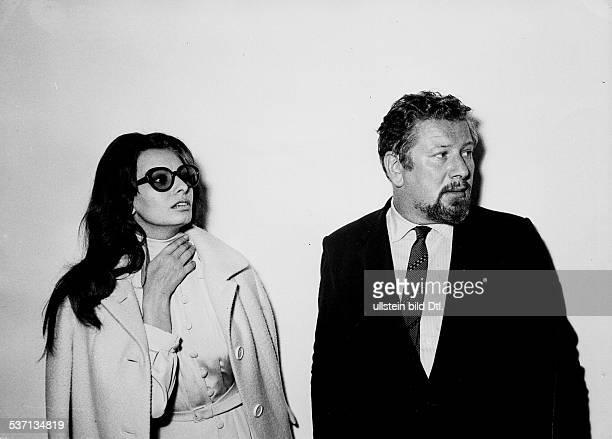 Ustinov Peter Schauspieler Schriftsteller Regisseur Maler GB mit der Schauspielerin Sophia Loren 1967