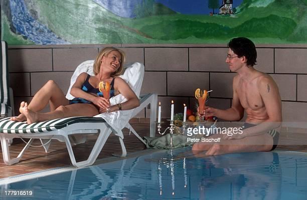 Uta Bresan Lebensgefährte Karsten Freund Liebesurlaub im Allgäu Oberstdorf Bayern Deutschland Europa Swimmingpool Pool Badeanzug Glas Getränk...