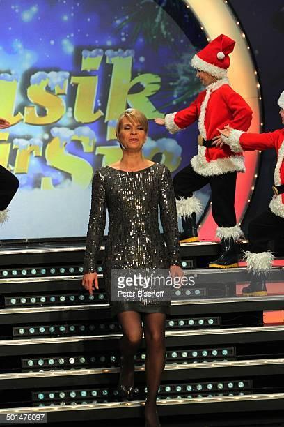 Uta Bresan und Kinder als Weihnachtsmänner MDRShow Musik für Sie GETEC Arena Magdeburg SachsenAnhalt Deutschland Europa Auftritt Bühne Weihnachten...