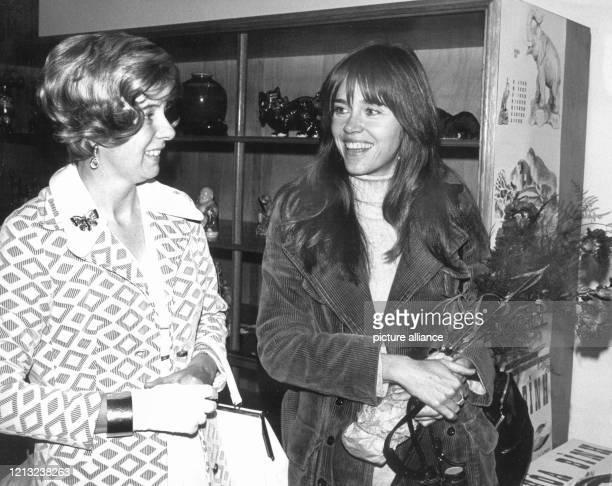 Uta RankeHeinemann und Jane Fonda besuchen am 4121974 in Düsseldorf einen Verkaufsbasar zugunsten vietnamesischer Waisenkinder Jane Fonda ist die...