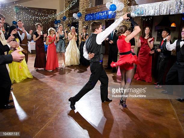 米国ユタ州は、丘、シーダー(14 ~17 歳のティーンエイジャーのダンスで高校)