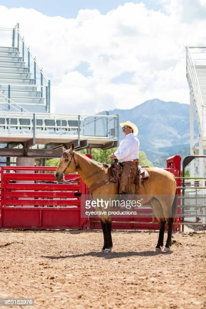 vaquero de utah occidental de arena al aire libre y rodeo estampida rodeo montar a caballo caballos de pastoreo de ganado - pantalón de cuero fotografías e imágenes de stock
