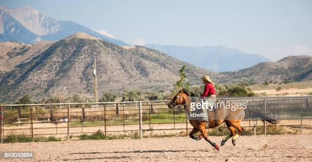 galopes de vaqueira utah em barril corridas no evento de rodeio - estadio de los cowboys - fotografias e filmes do acervo