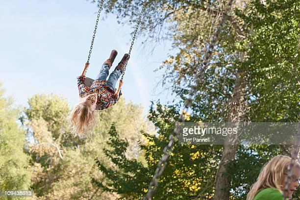 usa, utah, girl  (6-7)swinging on tree swing - schommelen bungelen stockfoto's en -beelden