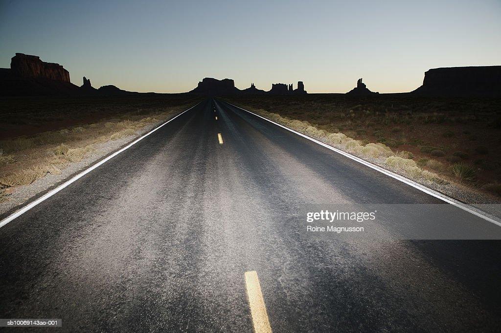 USA, Utah, Monument Valley, highway through desert : Stockfoto