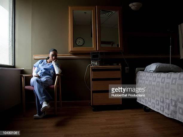 USA, Utah, Payson, joven enfermera contemplativa