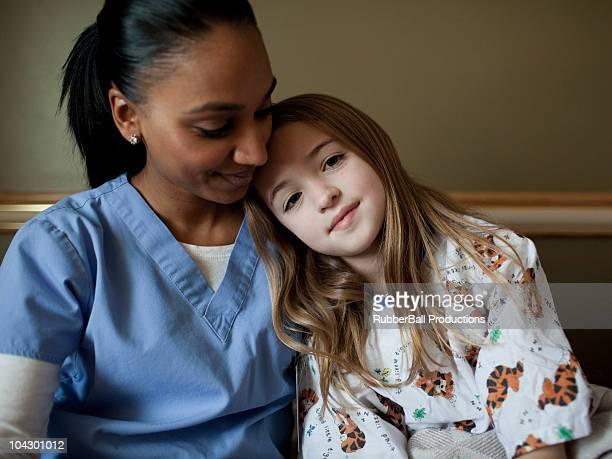 EUA, Utah, Payson, jovem enfermeira Abraçar Menina (8-9