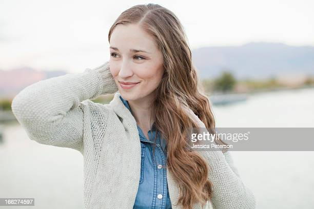 usa, utah, salt lake city, portrait of young woman - welliges haar stock-fotos und bilder