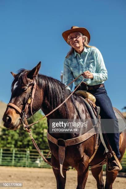 utah senior cowgirl mit pferd - salt lake city stock-fotos und bilder