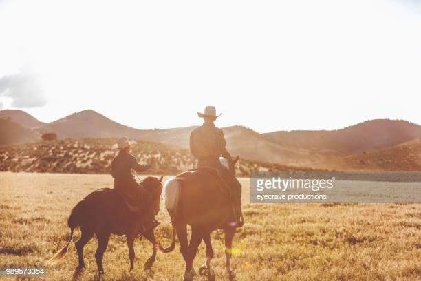 rodeo estampida rodeo montar a caballo, arreo de ganado y utah vaqueros jóvenes occidentales al aire libre - pantalón de cuero fotografías e imágenes de stock