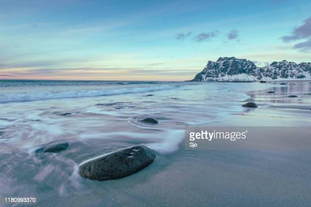 utakleiv strand in de lofoten archipel in noorwegen aan het einde van een winterdag - seascape stockfoto's en -beelden