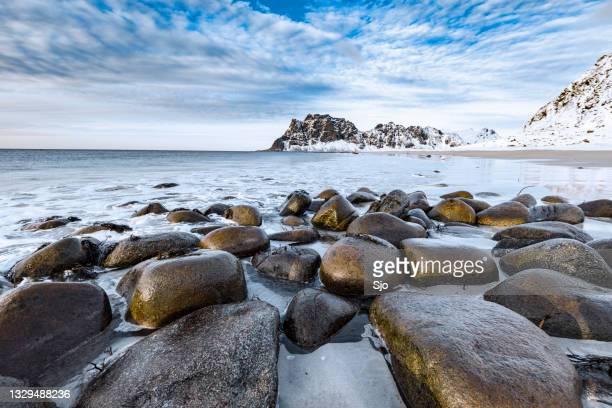 "utakleiv beach in the lofoten archipel in norway at the end of a winter day - ""sjoerd van der wal"" or ""sjo""nature stockfoto's en -beelden"