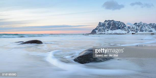 "utakleiv beach in the lofoten archipel in norway at the end of a winter day - ""sjoerd van der wal"" stockfoto's en -beelden"