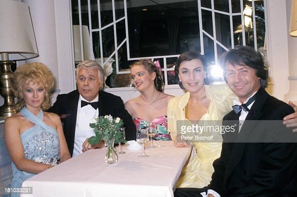 """Ute Christensen, Peter Weck, Julia Biedermann, Thekla Carola Wied, Herbert Herrmann, , ZDF-Familien-Serie """"Ich heirate eine Familie"""", , Abendkleid,..."""