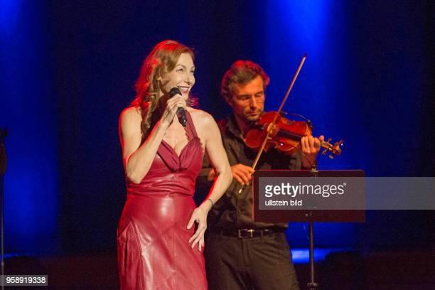 Ute Lemper die deutsche Musicaldarstellerin Chansonsängerin und Schauspielerin bei einem Konzert in der Hamburger Laeiszhalle Musikhalle