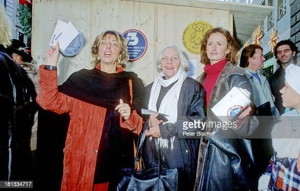 Ute Mora Annemarie Wendl Irene Fischer Stars der ARD Lindenstraße sammeln für krebskranke Kinder 2121989 lächeln Spendenbüchse Spendentopf spenden...