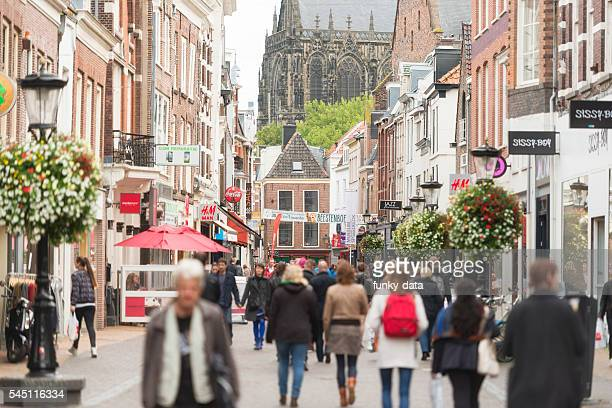utrecht city center shopping street - stadsstraat stockfoto's en -beelden