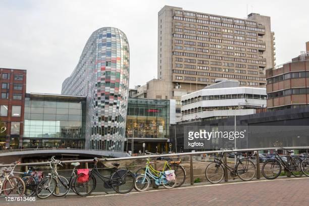 ユトレヒト、オランダ、モダンなオランダのショッピングセンター、橋の上の自転車駐車場 - ユトレヒト ストックフォトと画像