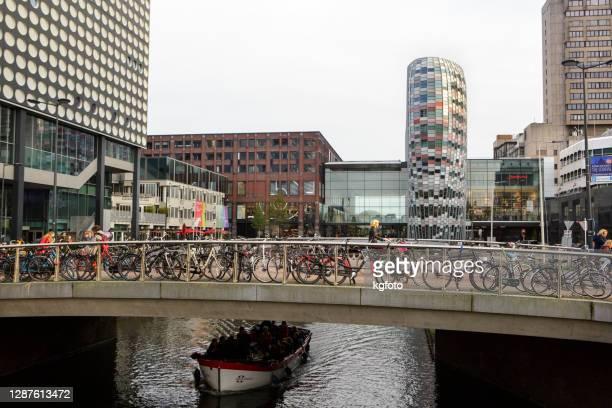 ユトレヒト、オランダ、モダンなオランダのショッピングセンター、フーグ・カサリイン・モール、運河の上の橋の上の自転車駐車場 - ユトレヒト ストックフォトと画像