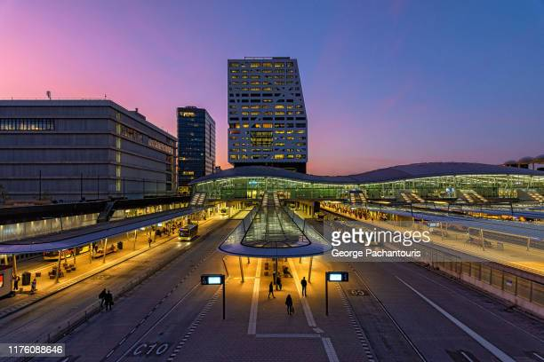 utrecht railway station at dusk - westeuropa stock-fotos und bilder