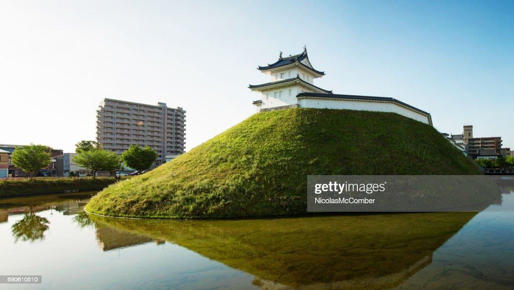 宇都宮日本城と明確な春の夜明けのパノラマに堀 : ストックフォト