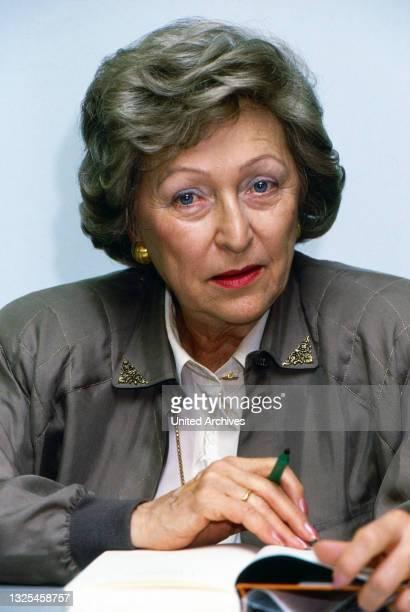 Utta Danella, deutsche Schriftstellerin, auf der Buchmesse in Frankfurt, Deutschland um 1992.