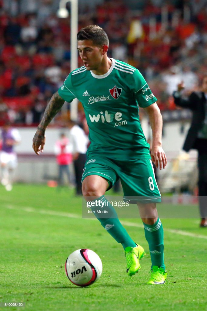 Uvaldo Luna of Atlas drives the ball during the seventh round match between Necaxa and Atlas as part of the Torneo Apertura 2017 Liga MX at Victoria Stadium on August 26, 2017 in Aguascalientes, Mexico.