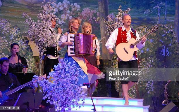 Uwe Erhardt Bianca App Carla Scheithe Michael Kastel dahinter li Sängerin und Musiker vom SamstagabendshowTVOrchester Tournee Das Frühlingsfest der...
