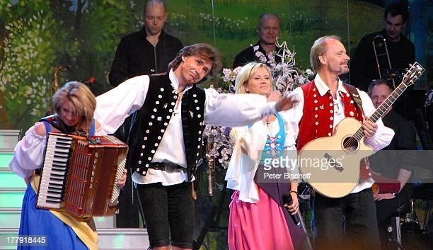 Uwe Erhardt Bianca App Michael Kastel Carla Scheithe dahinter Musiker vom SamstagabendshowTVOrchester Tournee Das Frühlingsfest der Volksmusik...