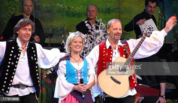 Uwe Erhardt Bianca App Michael Kastel dahinter Musiker vom SamstagabendshowTVOrchester Tournee Das Frühlingsfest der Volksmusik BremenArena Halle 7...