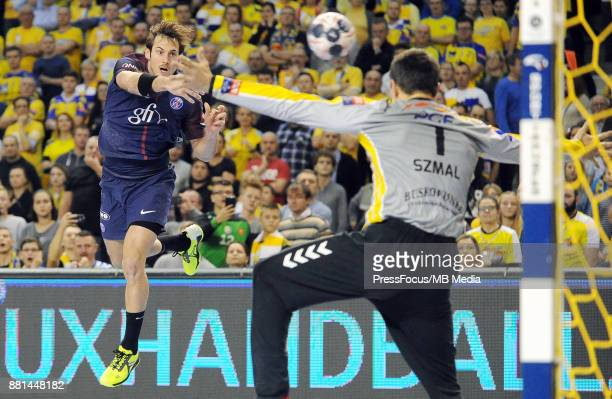 Uwe Gensheimer Slawomir Szmal during the EHF Men's Champions League Game between PGE Vive Kielce and PSG Handball on November 26 2017 in Kielce Poland