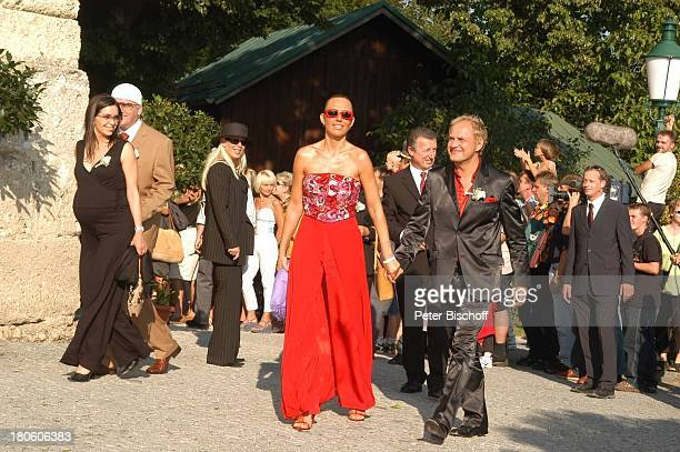Uwe Ochsenknecht und Ehefrau Natascha , DJ Ötzi mit hochschwangerer Ehefrau Sonja Kien , dahinter Hochzeitsgäste, kirchliche Trauung von Ralf und...
